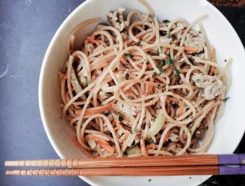 Spaghetti con carne macinata, funghi e verdure