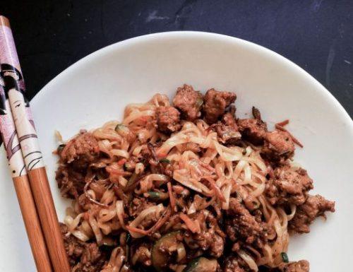 Yakisoba saltati con verdure e piccoli tranci di carne