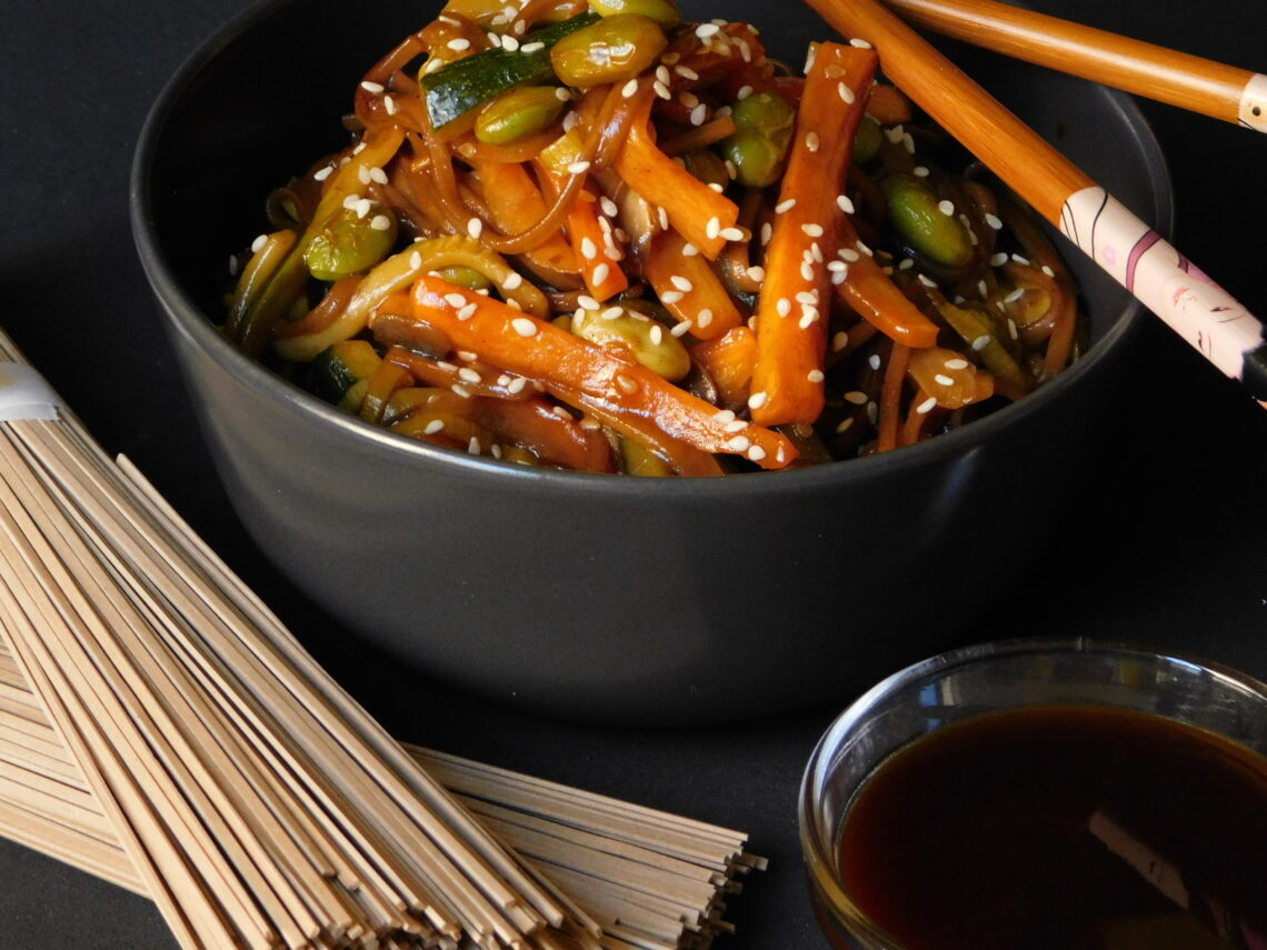 Soba Noodles saltati con edamame e verdure
