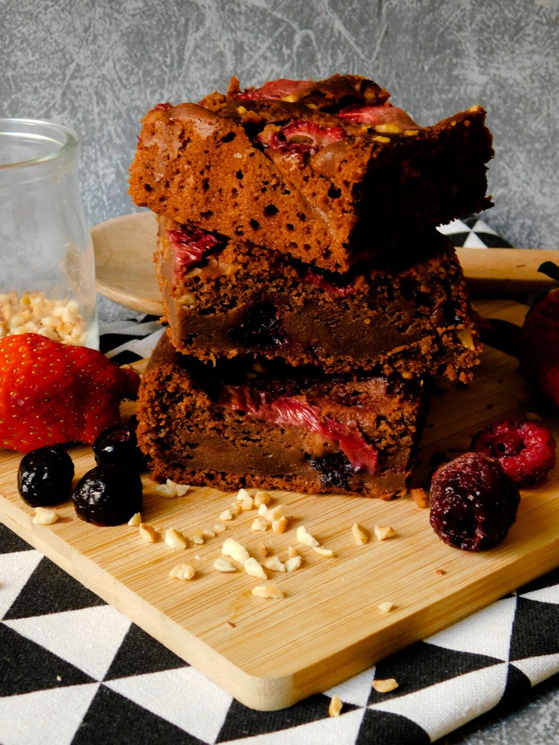 Brownies con cioccolato fondente, frutti di bosco e fragole