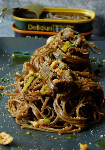 Soba Noodles con filetti di alici con sbriciolata di taralli