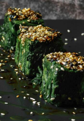 Spinaci con salsa di sesamo e alghe
