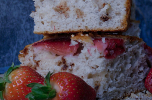 torta allo yogurt proteica ai frutti di bosco con fragole