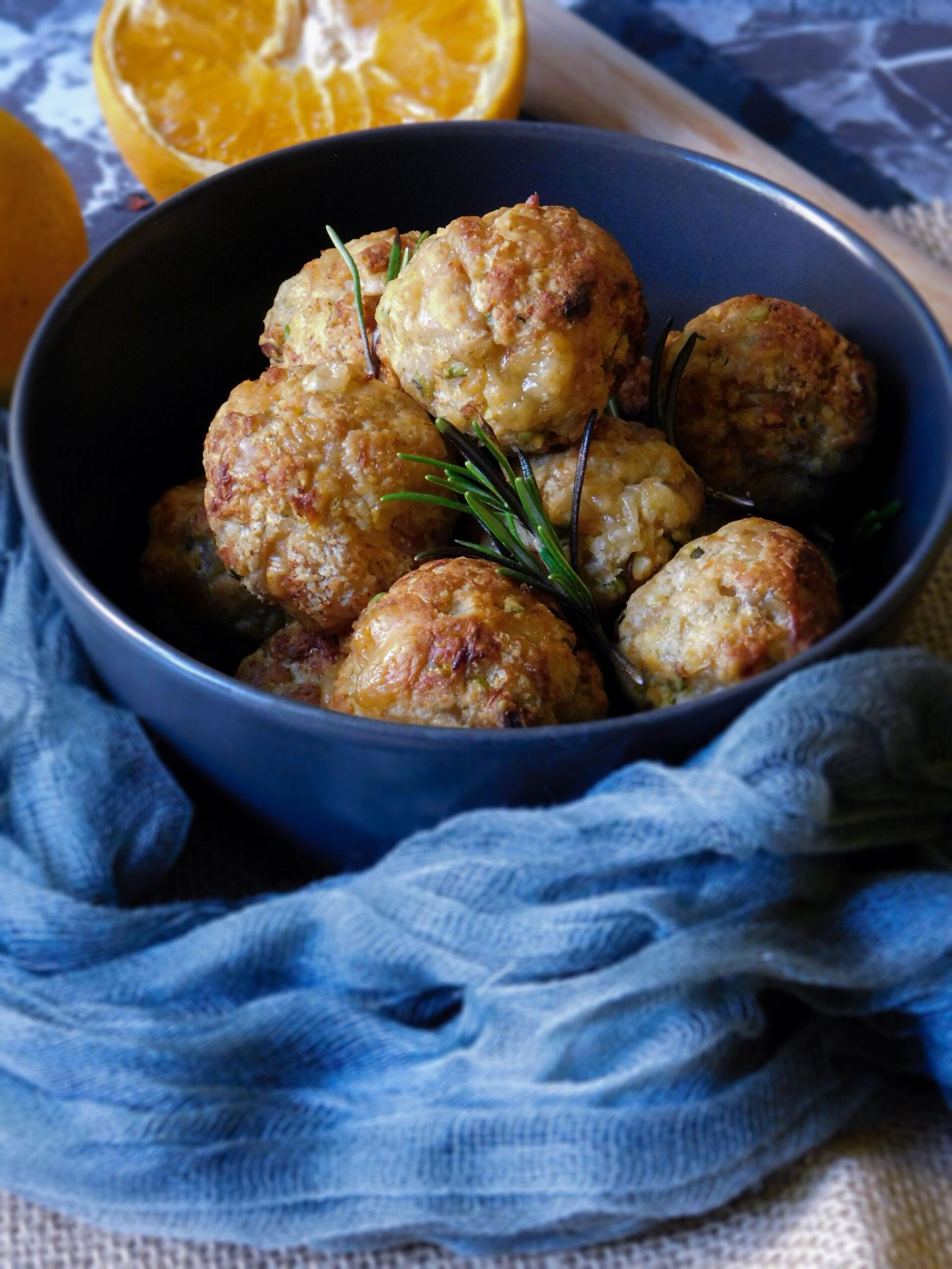 Polpette speziate al forno con scorza di arancia e pistacchi