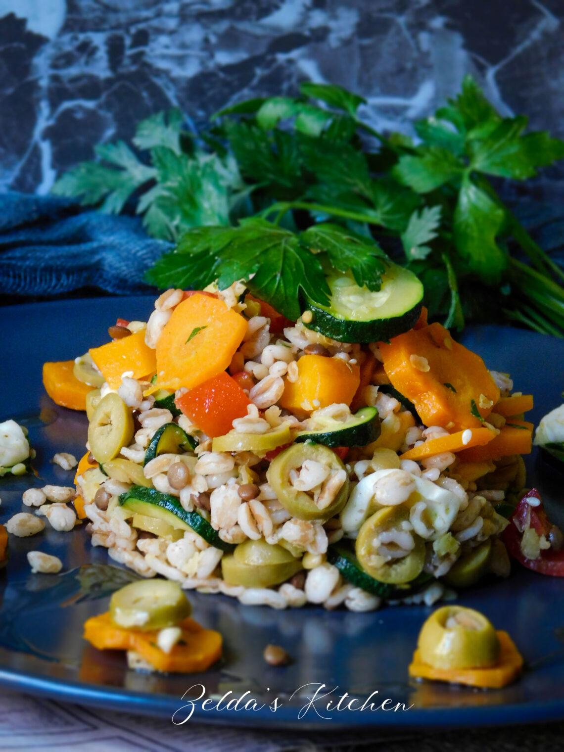 Insalata di farro con lenticchie estiva con verdure, mozzarella e un filo Olio Extra Vergine di Oliva Taggiasca