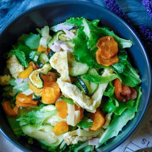 Insalata gentilina con verdure, uova, prosciutto ed Emmental