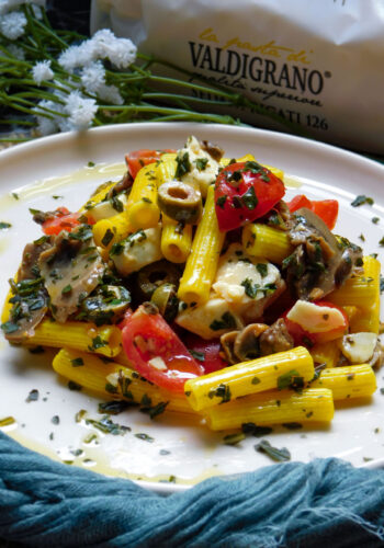 Sedani rigati alla curcuma con olive, funghi